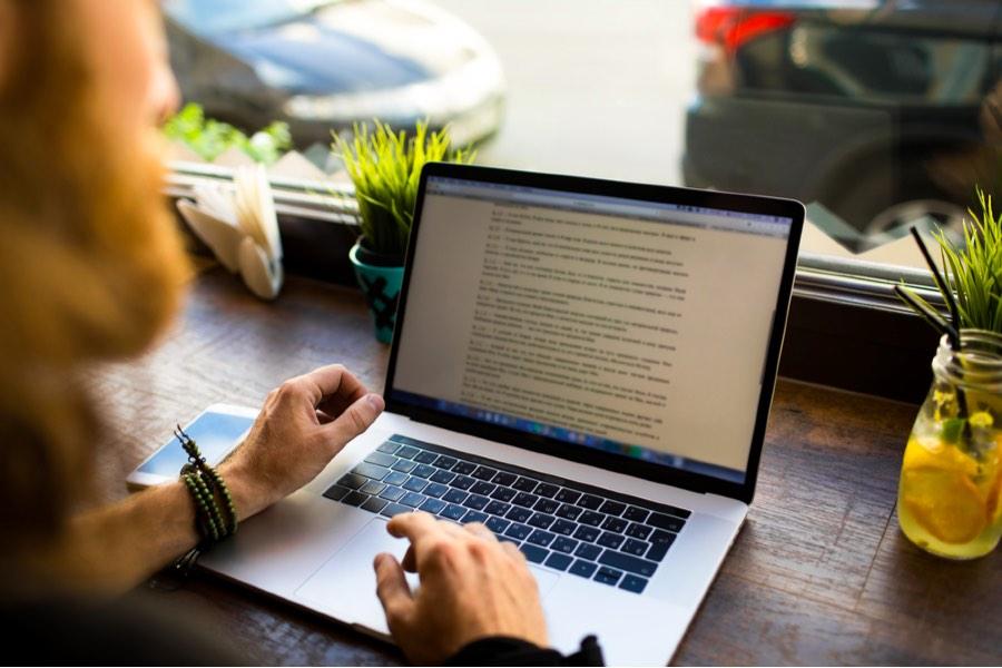 مدیر محتوا کیست و چه وظایفی برای این شغل تعریف شده است؟ راهنمای کوتاه و ساده